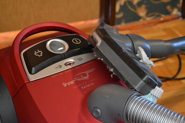 červený vysavač na koberce