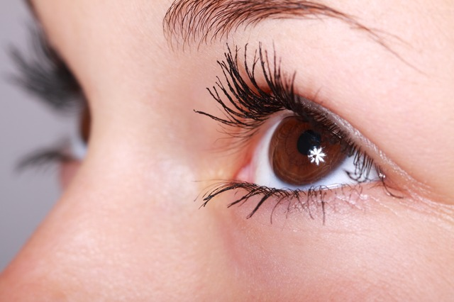namalované hnědé oko