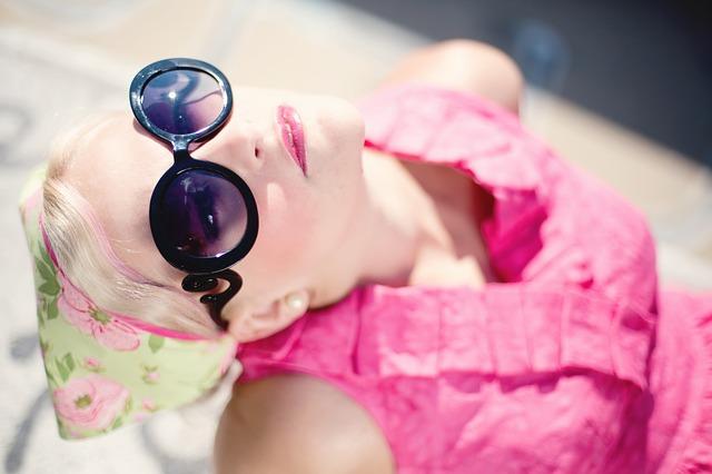 blondýna s brýlemi
