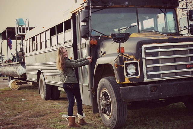 dívka u starého autobusu
