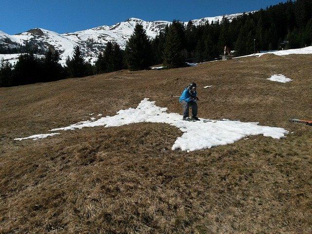 lyžař na zbytku sněhu