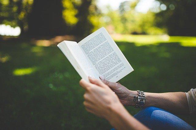 čtení knihy v parku