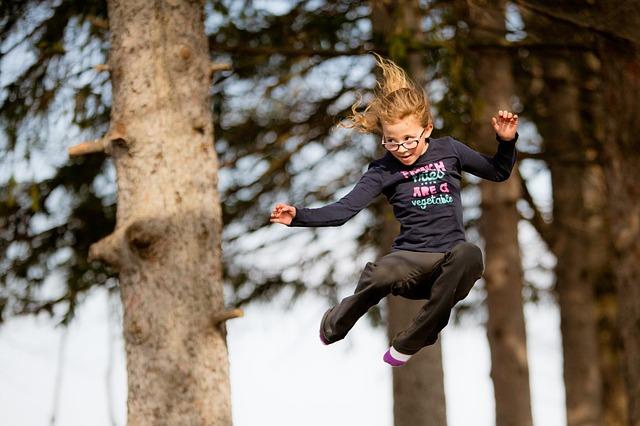 holčička, skok, strom