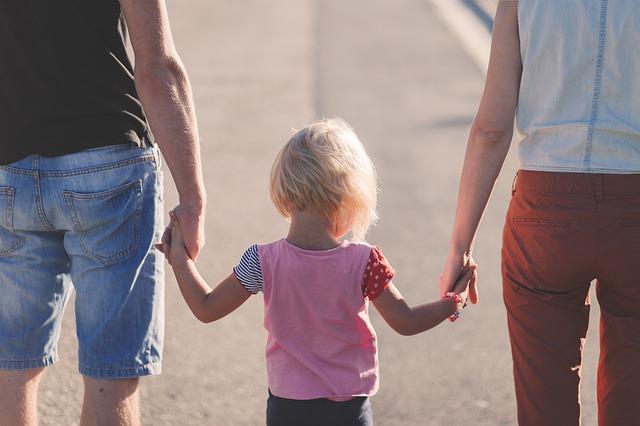 holčička s rodiči