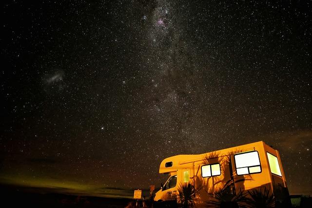 obytný vůz v noci.jpg