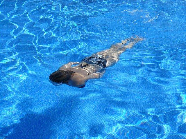 dívka pod vodou