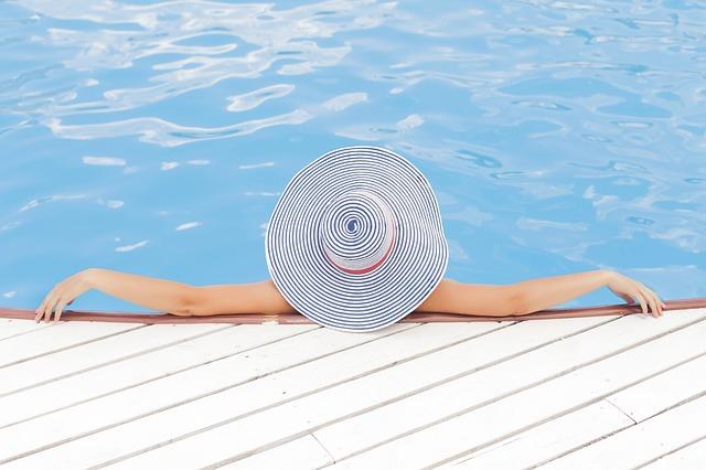 žena u kraje bazénu