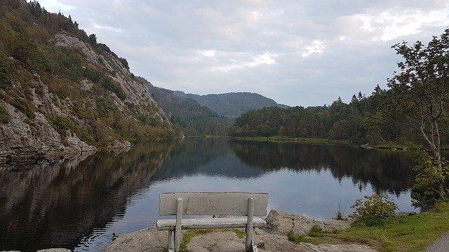 lavička u jezera