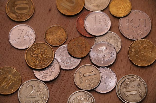 drobné mince rozházené na stole