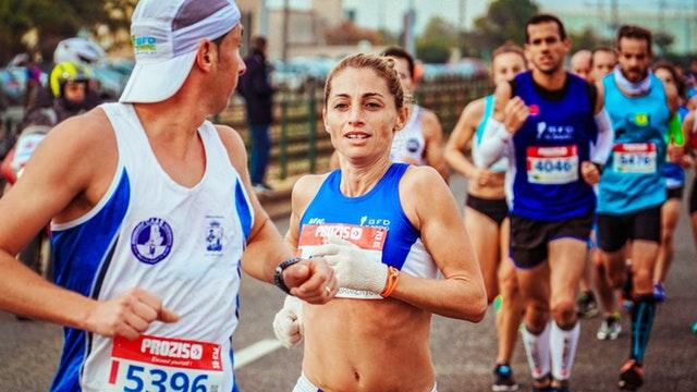 Běžci-maraton
