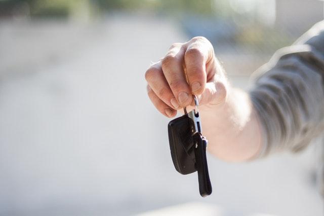 natažená ruka, klíče