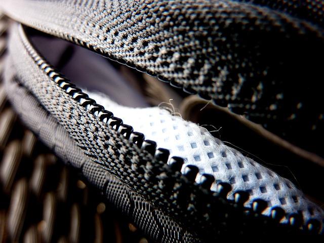 Je černá kožená kabelka skutečně vhodná pro všechny příležitosti?