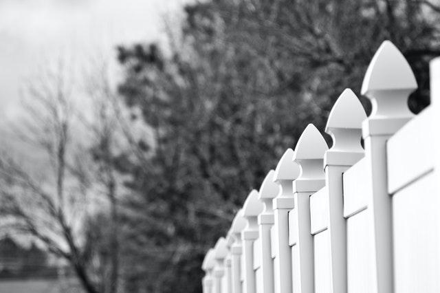bílý plot, černobílá fotka